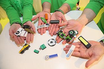 Hände mit USB-Sticks in vielen Formen