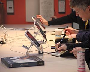 Notzibücher die durch einen digitalen Stift mit dem Tablet verbunden sind