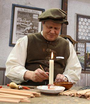 Mittelalterlicher Stiftemacher als Sinnbild für die Ursprünge der Schreib-Kladden
