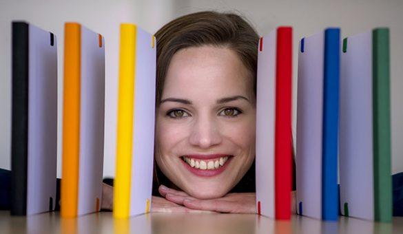 Werbeartikel-Notizbücher mit einer lachenden Frau